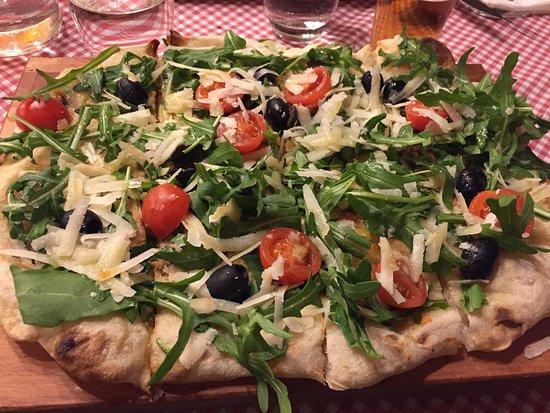 Pizza con rúcula, queso y tomate