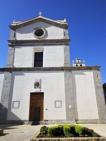 La facciata dell'abbazia di San Martino, dei monaci benedettini cassinesi.