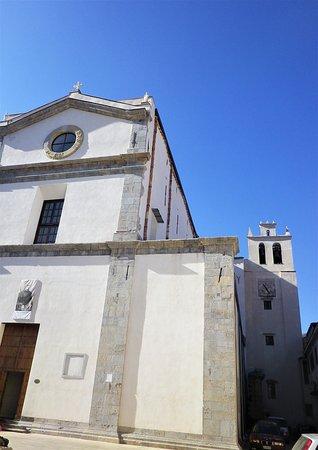 L'edificio dell'abbazia con il suo campanile.