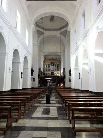 L'interno dell'abbazia, piuttosto spoglio, ma suggestivo.