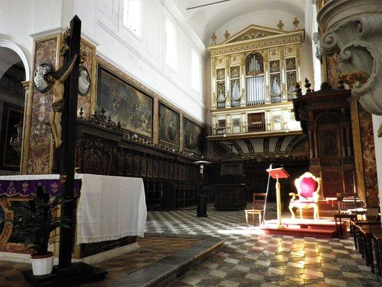 Dietro l'altare maggiore, il meraviglioso coro ligneo.