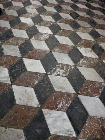 Il pavimento originale del coro, secentesco.
