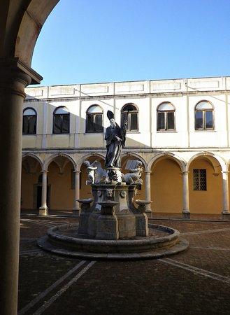 Il chiostro interno su cui si affaccia il refettorio, con la statua raffigurante San Martino, di Ignazio Marabitti.