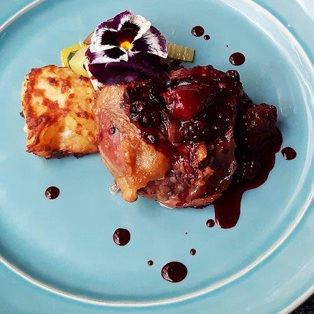 Perna de pato confitada com couli de frutos vermelhos e flor de sal de Castro Marim, sobre cama de legumes salteados.
