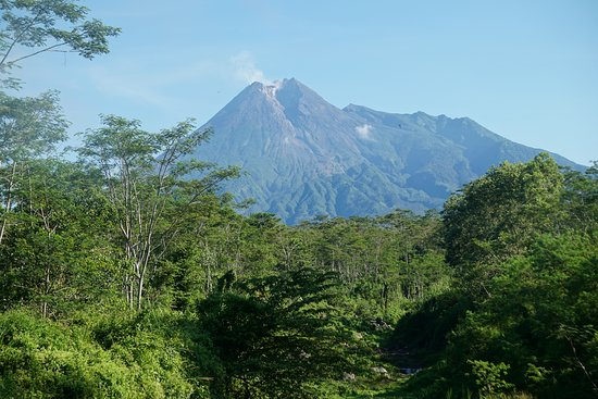 Depok, อินโดนีเซีย: Tempat favorit untuk ambil foto Gunung Merapi adalah Puncak Kaliadem, Bukit Klangon, Kalitalang dan yang  dekat dengan Prambanan Dam Bronggang Cangkringan.