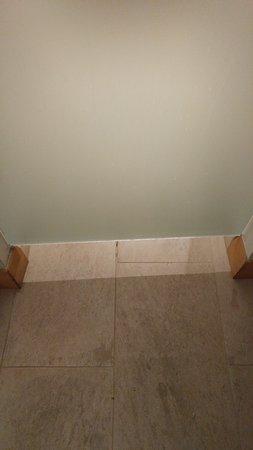 Η πόρτα του μπάνιου δεν φτάνει στο δάπεδο.