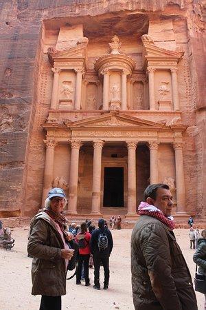 Petra: Skattkamret al-Kaszneh. Utrolig uthugget byggverk over 40m. høyt. Også kjent fra en  Indiana Jones film.