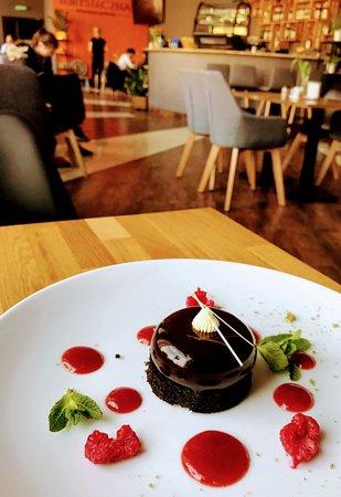 Nowa propozycja deseru. Ciasto na spodzie Oreo, krem czekoladowy z galaretką malinowe w pysznej pomadzie czekoladowej podawane z musem malinowym.