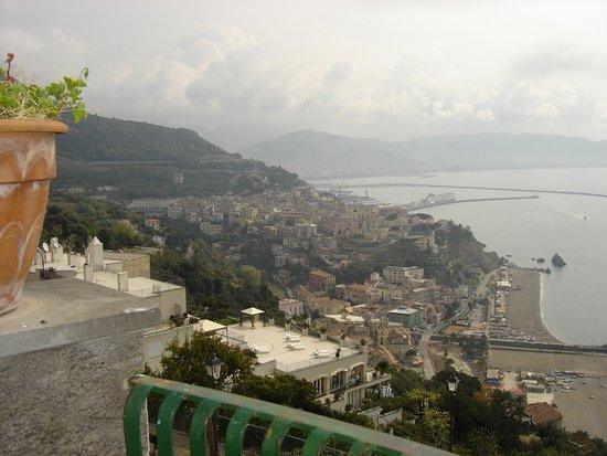 Meraviglia...Eppure cielo annuvolato...dalla terrazza del Comune di Raito - Golfo di Salerno e Vietri sul mare