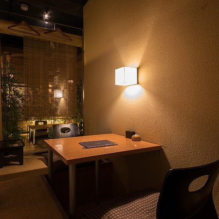 Torahachihonten: ガラス越しに坪庭が見える人気の掘りごたつ個室席