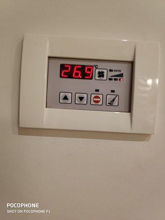 температура в комнате при открытом балконе. кондиционер упорно отказывались включать