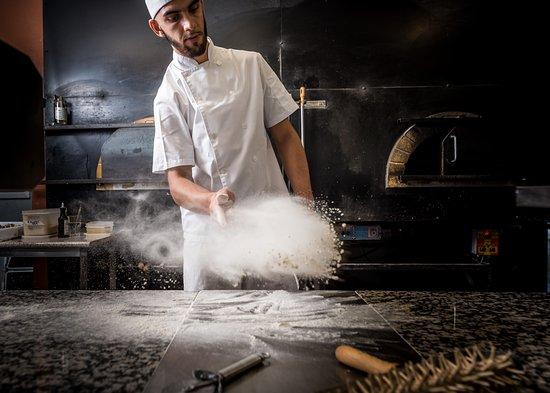 Pizzeria Casavostra: Pizzaiolo a fazer pizzas * Pizzaiolo at work