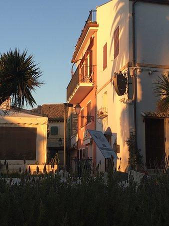 b&b visto dalla piazza in arancio-rosa (balcone)