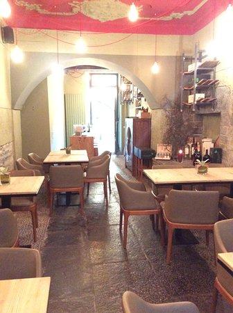 Il RIVEnoteca vi accoglie in un ambiente curato e confortevole per farvi sentire al meglio durante la degustazione di buon vino e di ottimo cibo,locale e selezionato.
