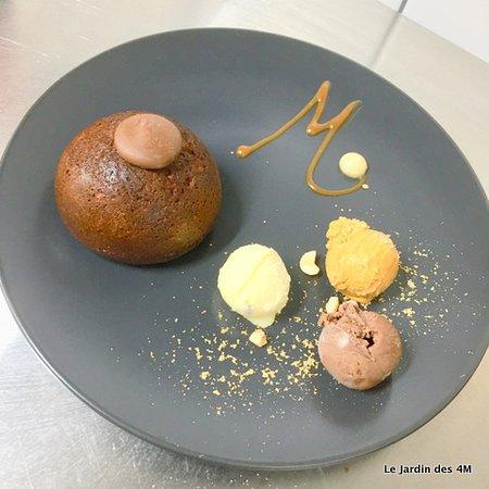 Muffin sans gluten au chocolat Weiss (St Etienne - 42) et noisette, glace chocolat-vanille-caramel de la Pauze Glacée (Palnfoy - 42), poudre fine amande-noisette de la Maison Weiss, sauce caramel beurre salé du Chef.