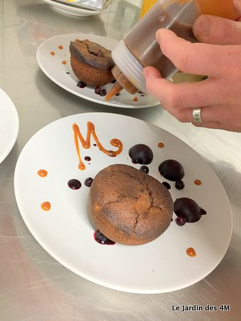 Muffin sans gluten au chocolat Weiss (St Etienne - 42) et myrtille, gelée de myrtille, sauce caramel beurre salé du Chef et coulis de myrtille