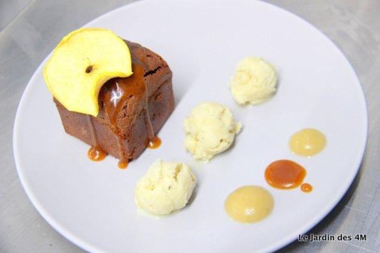Muffin sans gluten au chocolat Weiss (St Etienne - 42), glace vanille de la Pauze Glacée (Planfoy - 42), tuile caramel, compote de pomme du Pilat et sauce caramel au beurre salé du Chef.
