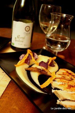 Filet de volaille, purée de panais et chips de légumes (carotte, betterave)