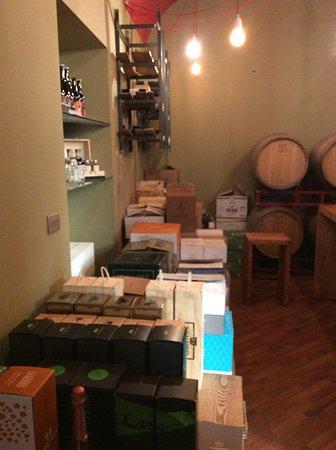 Nella cantina di RIVEnoteca è presente una vasta selezione di vini da tutte le zone della Lombardia, distillati e birre artigianali, disponibili sia per l'acquisto che per il consumo al tavolo.