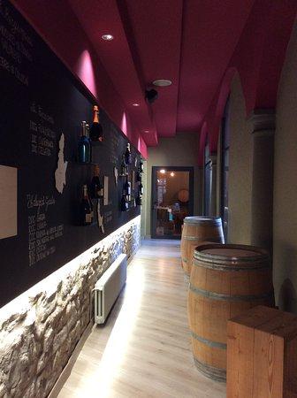 Il corridoio narrante del RIVEnoteca che conduce alla cantina.
