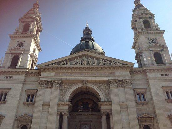 ...parte anteriore della Basilica di Santo Stefano...