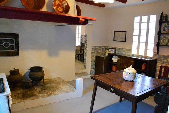 Cozinha da Casa do Forno, na Quinta D'Avó Amélia em Alquerubim. A chaminé original, as panelas de ferro usadas em tempos idos para cozinhar os alimentos, o forno a lenha, ainda operacional, os alguidares de barro e tantas outras coisas, tornam este espaço um pequeno «museu» que se procura preservar.