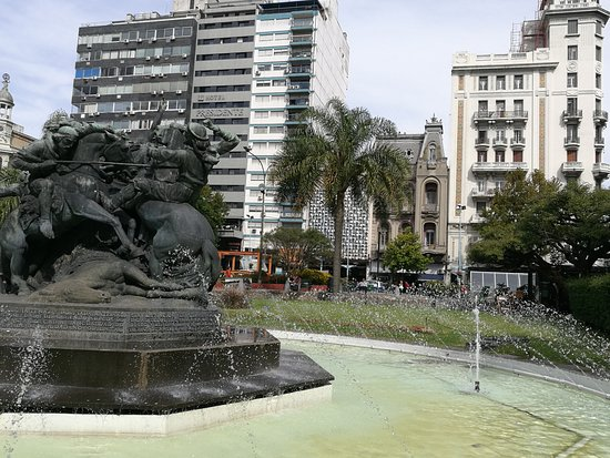 La Plaza Fabini o Plaza del Entrevero: hermosa plaza con fuentes El Entrevero central