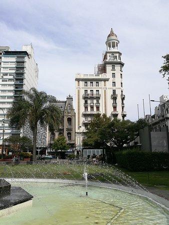 La Plaza Fabini o Plaza del Entrevero: hermosos edificios que rodean la plaza
