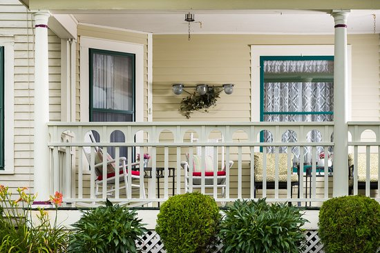 Westby House Inn: Front Porch for R&R