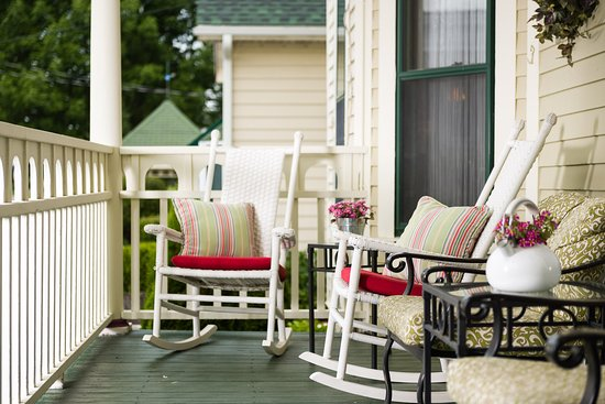 Westby House Inn: Rocking on the porch