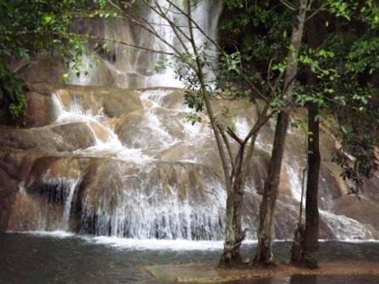 Provinz Kanchanaburi, Thailand: Водопад Сайок Ной (Sai Yok Noi) расположен в 2 км от железнодорожного вокзала Nam Tok и в 60 км от Канчанабури по шоссе 323 до Sangkhlaburi. Его пейзаж представляет собой, чуть ли не самое красивое место в Таиланде, когда то Железная дорога смерти проходила через Сайок Ной и жители использовали этот водопад для отдыха.