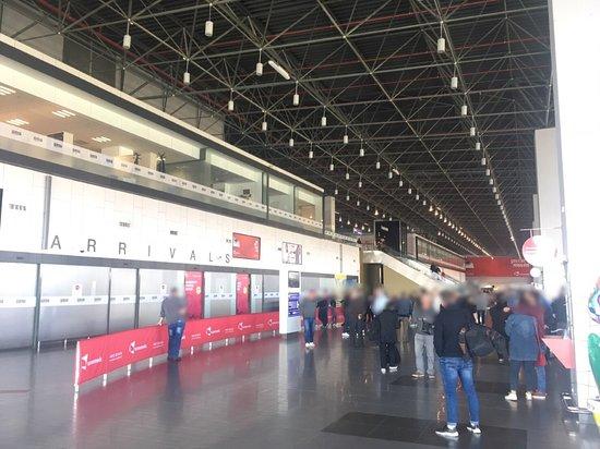 جمهورية مقدونيا: Skopje International Airport で撮影した写真。空港からスコピエまでのタクシー料金は20ユーロが正しい。(2019年3月現在)現地の知人からの情報なので間違いない。空港前からスコピエまではタクシーのメーター利用は無く、固定料金となる。この空港内にはバーガーキングがあるので、出発前に寄るのも良い(搭乗券が無いと利用できないので、到着後ではなく出発前のみ利用可)。バーガーキングは、マケドニアディナールまたはユーロまたはクレジットカードでの支払いが可能。空港内の両替所はレートが非常に悪いので、スコピエに到着してから銀行で両替するのが良い。Skopje International Airport のページがトリップアドバイザーになかったので、作成依頼をしたが却下されたのが残念。この国の日本語の情報は少ないので、折に触れて、この国の情報をこれからも書きたいと思う。マケドニアの国民性は非常に温和で親切なので、旅行しやすい国だと思います。