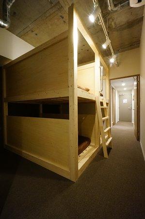 個室(5名定員・ 専用バスルーム&トイレ、 ミニキッチン付)