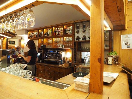 Stadthotel & Restaurant Kachelofen: waiting at bar