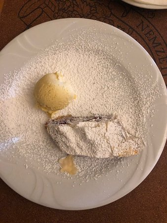 Очень хороший недорогой ресторан. Фуагра, суп рагу с олениной, жареный козий сыр, уха из карпа это просто бомба. Такой вкуснотени давно не ел. Очень рекомендую.