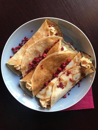 Блинчики с муссом из сгущенки и малиной - вкуснейший десерт