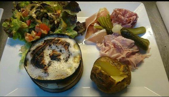 Aux Demoiselles Du Mont: fromage gratiné au four et sa charcuterie