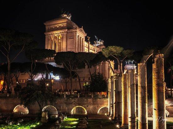 Rome Night Photo Tour: The Vittorio Emanuele II Monument at Night