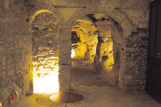 Sogliano al Rubicone, איטליה: Ingresso grotta sinistra dei locali di stagionatura di Fosse Brandinelli