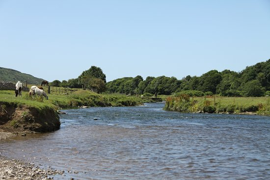 Ogmore-by-Sea, UK: Ogmore river wending its way down to the estuary.
