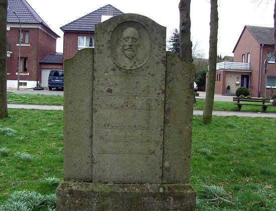 Arnold Jansen Denkmal:: Grabsteine als Denkmal aus dem 18. Jahrhundert: Im Park, der einmal ein Friedhof in Goch war.