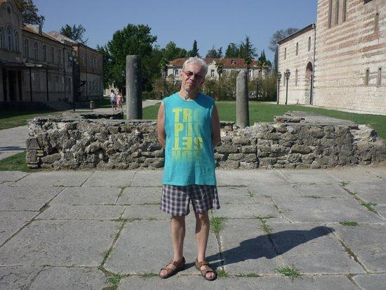Абхазия. Пицунда. Во дворе храма. Слева - краеведческий музей.