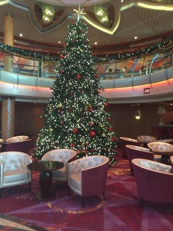 Vision of the Seas: Centrum Christmas tree