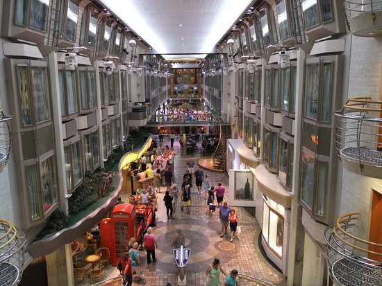 Voyager of the Seas: Royal Promenade.