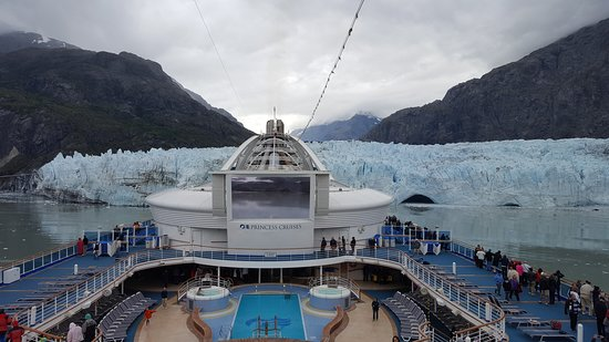 Star Princess: The ship in front of a glacier in Glacier Bay National Park