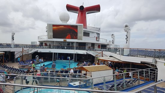 Carnival Conquest: deck party