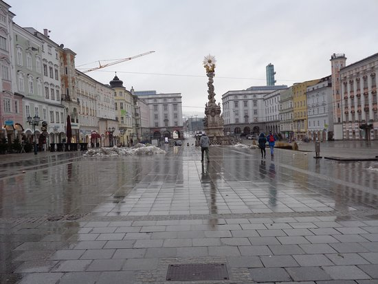 Hauptplatz: 前日に降った雪が解けて、濡れた石畳に映る建物が美しい