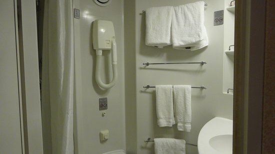 Norwegian Sun: bathroom