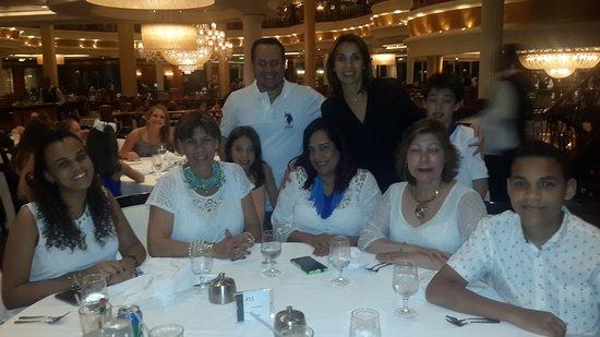 Navigator of the Seas: Una cena maravillosa. Nos toco compartir mesa con una hermosa familia Mexic