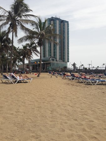 Playa Del Reducto: View towards the hotel
